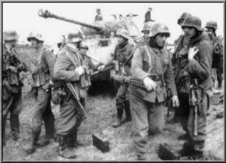 Infantaria motorizada da Divisão Escola Blindada (Panzer Lehr Division). O infante no centro, à esquerda tem uma MP42 à bandoleira.