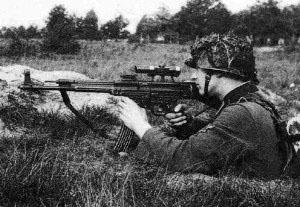Atirador de elite Waffen-SS usando um StuG44 equipado com luneta.