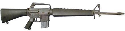 """ArmaLite AR15 5.56 1958. Talvez uma das primeiras """"aparições públicas"""" dessa arma tenha sido no (péssimo) filme The Green Berets (1968), nas mãos de John Wayne..."""