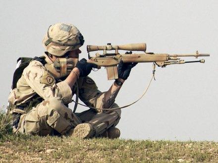 Sniper, Regimento de Cavalaria Mecanizada 278, Iraque. Rifle de precisão M21 cal. 7.62X51 mm, com Telescópio de Alcance Ajustável Leatherwood 3X9