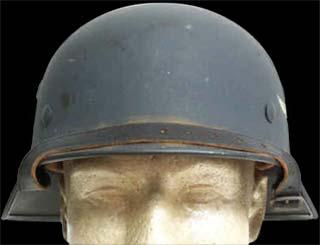 """Stahlhelm M35. Note a borda """"virada para dentro"""" e os pinos de fixação da carneira."""