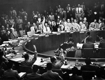 Sessão do Conselho de Segurança da ONU, 27 de junho de 1950, que estabeleceu a Resolução 84. Note-se a poltrona vaga do representante da União Soviética