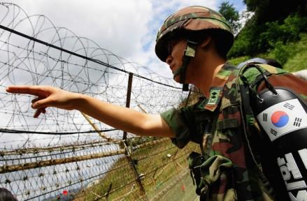 Infantaria de elite, Exército da República da Coréia, em patrulha diante de uma cerca de arame farpado, Zona Desmilitarizada, agosto de 2008