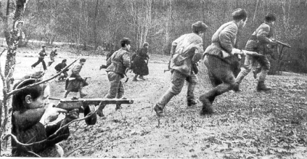 Infantaria soviética. Em primeiro plano, um soldado aponta uma PP Sh 41