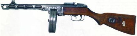Versão original da Pistolet Pulemjot Shapagina 41, com alça de mira graduada para até 500 metros