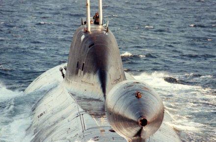 """Outra vista de um """"Akula II"""" na superfície. Note a estrutura do sonar rebocado, tipo de """"abertura sintética""""."""